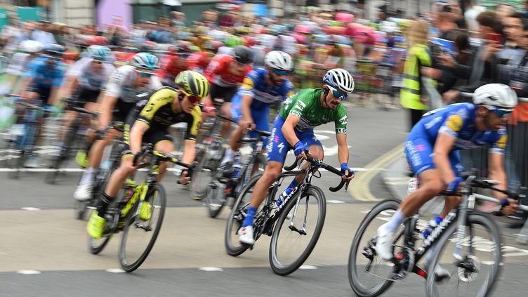 Le Français Julian Alaphilippe (en vert) roule dans le pelotonlors de la dernière étape duTour de Grande-Bretagne, le 9 septembre 2018 à Londres. (GLYN KIRK/AFP)