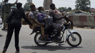 La moto-taxi ne connaît aucune limite comme ici à Lagos, au Nigeria, le 27 avril 2020. Le non-respect du code de la route provoque d'innombrables accidents. Mais les okadas sont l'incontournable moyen de transport des villes africaines. (PIUS UTOMI EKPEI / AFP)