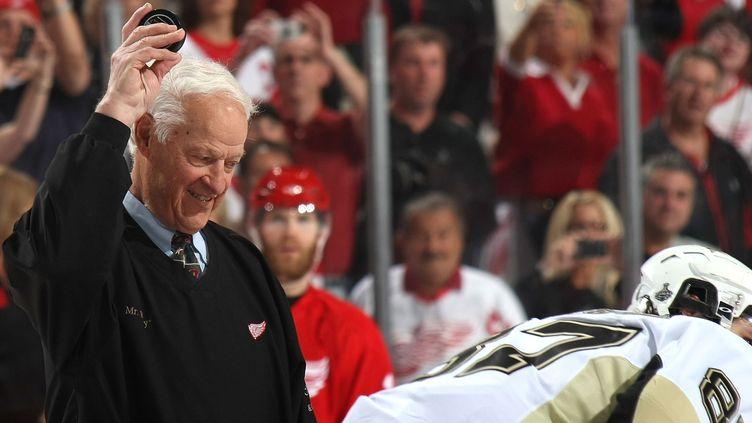 Gordie Howe, ancien grand joueur, n'a jamais vraiment quitté le monde du hockey sur glace.  (BRUCE BENNETT / GETTY IMAGES NORTH AMERICA)