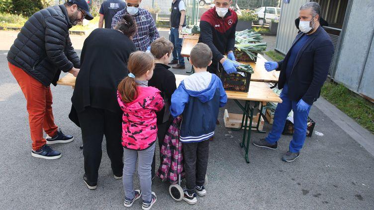 Une distribution de paniers alimentaires à destination de familles modestes, à Lille (Nord), le 9 avril 2020. (BAZIZ CHIBANE / MAXPPP)