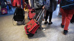 Des élèves du primaire font leur rentrée à Quimper (Finistère), le 4 septembre 2017. (FRED TANNEAU / AFP)
