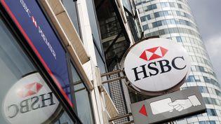Une enseigne sur une succursale de la banque HSBC dans le quartier de La Défense à Paris. Photo d'illustration. (LOIC VENANCE / AFP)