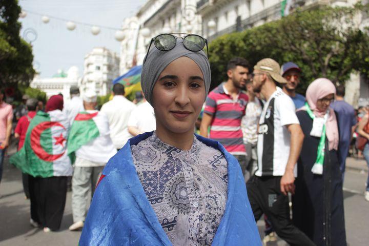 Kenza s'arrête le temps d'une photo dans la rue Didouche-Mourane, le 21 juin 2019 à Alger. (CLEMENT PARROT / FRANCEINFO)
