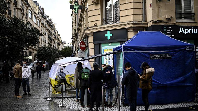 Une tente où sont effectués des tests de dépistage du Covid-19, à Paris, le 23 décembre 2020. (CHRISTOPHE ARCHAMBAULT / AFP)