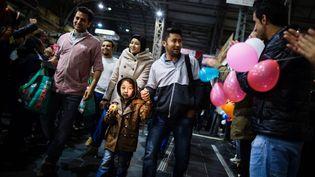 Des migrants sont accueillis à la gare de Francfort (Allemagne), samedi 5 septembre 2015. (FRANK RUMPENHORST / DPA / AFP)