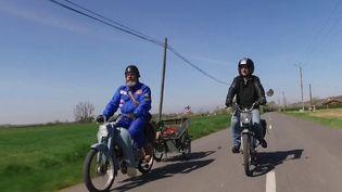 Deux amis de près de 69 ans prévoient de partir à la conquête de l'Amérique à mobylette sur la célèbre route 66. En attendant, ils se préparent en Haute-Garonne. (France 2)
