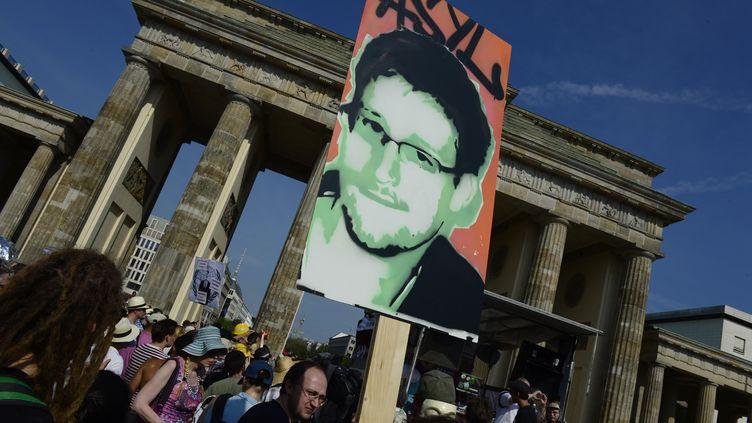 Des soutiens d'Edward Snowden manifestent à Berlin (Allemagne), le 27 juillet 2013. (JOHN MACDOUGALL / AFP)