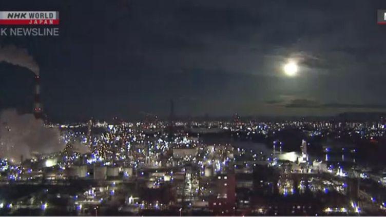 Capture d'écran de la chaîne NHK World News, qui diffuse les images du météore capturées par des caméras de la préfecture de Mie (Japon), le 29 novembre 2020. (NHK WORLD NEWS)