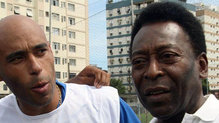 """Pelé et son fils, Edson """"Edinho"""" Cholbi  do Nascimento (MAURICIO DE SOUZA / AFP)"""