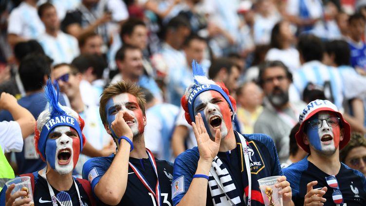 Des supporters français à Kazan (Russie), le 30 juin 2018. (FRANCK FIFE / AFP)