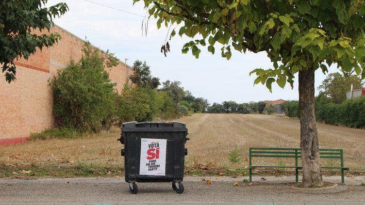 Une affiche indépendantiste à Sant Ramon, en Catalogne, le 25 septembre 2017. (ROBIN PRUDENT / FRANCEINFO)