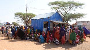 Des réfugiés attendent de la nourriture au camp Kabasa, le 8 mars 2018, en Somalie. (GIOIA FORSTER / DPA / AFP)