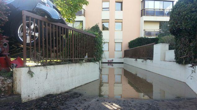 (Le parking de la résidence du Cap Vert à Mandelieu-La Napoule complètement submergé © Radio France / Benjamin Chauvin)