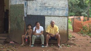 Irène etdeux habitantsde la communauté indigène, à Brasilia,le 31 décembre 2018. (GILLES GALLINARO / DPA)