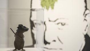 """Au premier plan : """"Bronze rat"""", réalisé en 2006 et """"Turf War"""" créé en 2003 par Banksy. Deux oeuvres exposées à la Lazinc Gallery de Londres, dès le 12 juillet 2018.  (TOLGA AKMEN / AFP)"""