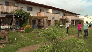 Les habitants d'un lotissement dans l'Hérault ont décidé de partager leurs terrains et de mettre en place un vaste jardin qui profite à tous. (FRANCE 2)