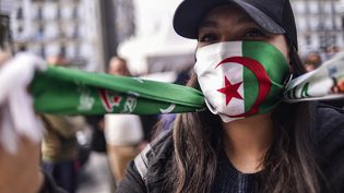 Une étudiante algérienne proteste dans le centre d'Alger le 10 mars 2019 (illustration). (RYAD KRAMDI / AFP)
