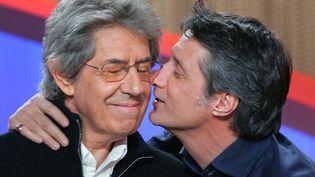 """Philippe Gildas et Antoine de Caunes sur le plateau du """"Grand Journal"""" de Canal+, le 4 novembre 2004. (FRANCK FIFE / AFP)"""