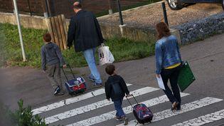 Des parents avec leurs enfants sur le chemin de l'école, à Thionville, en Moselle (illustration). (PHOTO PQR / LE REPUBLICAIN LORRAIN / JULIO PELAEZ / MAXPPP)