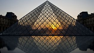 Coucher de soleil sur l'esplanade du Louvre  (BRAVO -ANA /AFP)