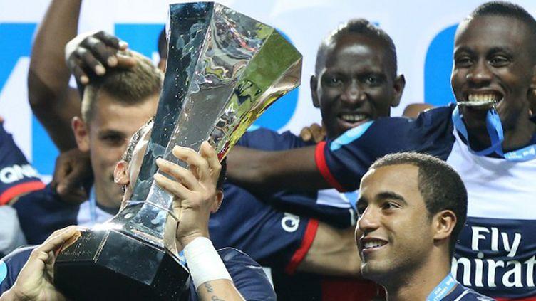 Le Trophée des champions soulevé par Thiago Silva.  (FRANCK FIFE / AFP)