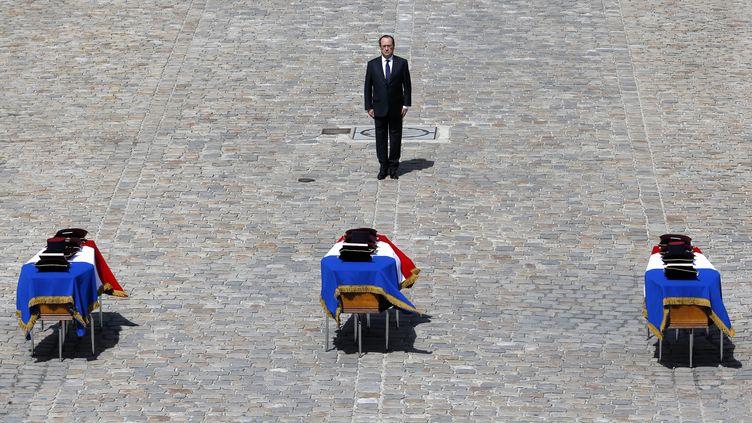 François Hollande, devant les trois cercueilsdes trois soldatsmorts au Mali,dans la cour d'honneur des Invalides à Paris, le 20 avril 2016. (PATRICK KOVARIK / AFP)