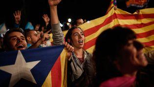 Des militants indépendantistes célèbrent les résultats du référendum interdit en Catalogne, le dimanche 1er octobre 2017, à Barcelone (Espagne). (BURAK AKBULUT / ANADOLU AGENCY)
