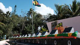 Le mémorial de Wadrilla dédié aux 19 indépendantistes kanaks tués lors de l'assaut de la grotte d'Ouvéa, en 1988. (THEO ROUBY / AFP)