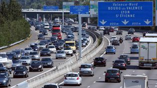 Des embouteillages sur l'autoroute A7 aux abords de Valence (Drome), le 8 août 2015. ( MAXPPP)