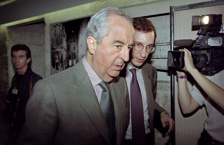 Edouard Balladur et son directeur de campagne Nicolas Bazire, le 6 octobre 1995 à Avignon. (GEORGES GOBET / AFP)