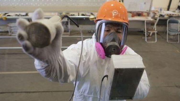 Un travailleur vérifie la radioactivité dans l'usine de Fukushima Daiichi, le 29 Décembre 2012, où le Premier ministre japonais, Shinzo Abe, a fait une visite. (AFP PHOTO / Itsuo Inouye / POOL)