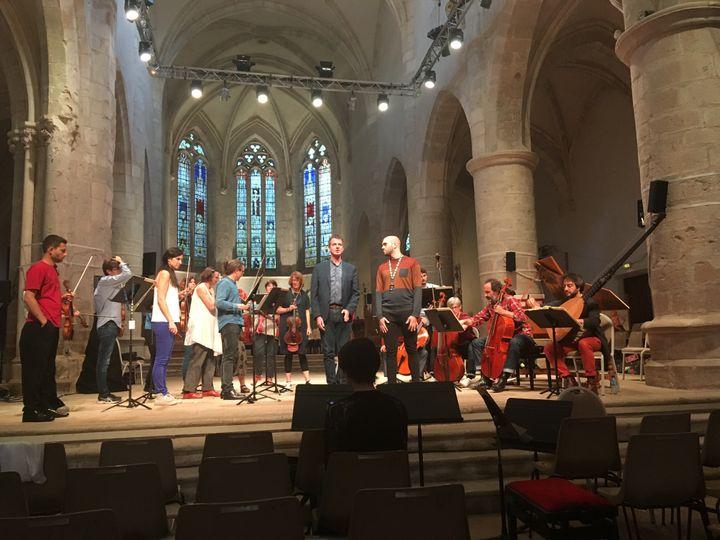 Philippe Jaroussky et Benoît Rameau le 14 septembre sur la scène de l'Abbatiale d'Ambronay pour les répétitions du concert Bach/VIvaldi. (LORENZO CIAVARINI AZZI / FRANCEINFO CULTURE)
