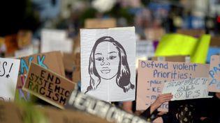 Une pancarte à l'effigie de Breonna Taylor brandie lors d'une manifestation contre les violences policières racistes à Hollywood (Californie, Etats-Unis), le 7 juin 2020. (AGUSTIN PAULLIER / AFP)