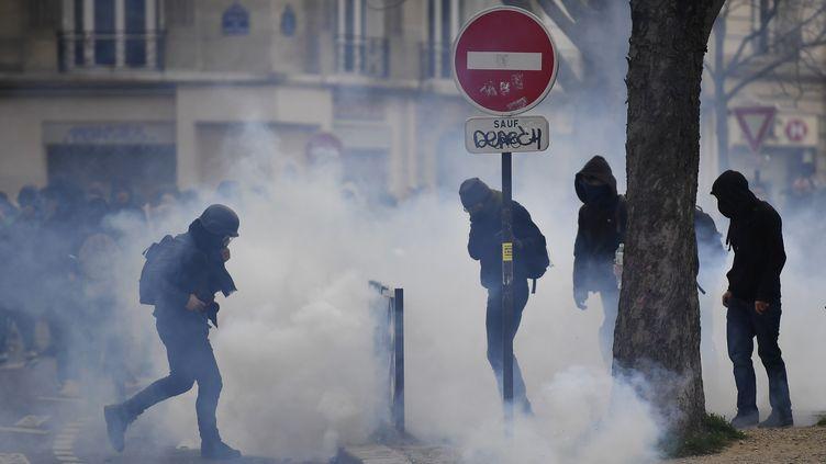 Des lycéens manifestent près du lycée Voltaire, dans le 11e arrondissement à Paris, en soutien à Théo, jeudi 23 février. (LIONEL BONAVENTURE / AFP)