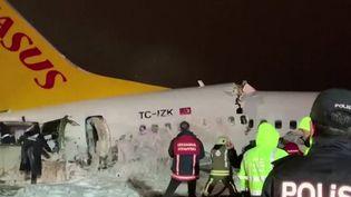 Un avion de ligne transportant 177 passagers a effectué une sortie de piste à l'aéroport d'Istanbul (Turquie). Il s'est brisé en trois morceaux avant de prendre feu. L'accident a fait 120 blessés, mais aucun mort. La pluie serait à l'origine du dérapage de l'avion. (FRANCE 2)