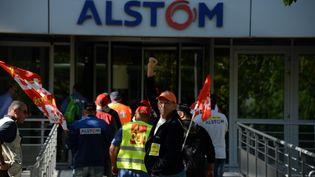 Des manifestants venus de Belfort devant le siège d'Alstom à Saint-Ouen vers Paris, le 27 septembre 2016. (SEBASTIEN BOZON / AFP)