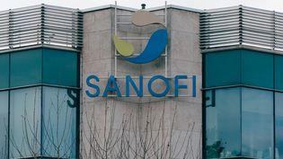 Le logo du groupe pharmaceutique français Sanofi sur la façade d'un site de recherche et de développement, à Strasbourg (Bas-Rhin). (ABDESSLAM MIRDASS / HANS LUCAS / AFP)