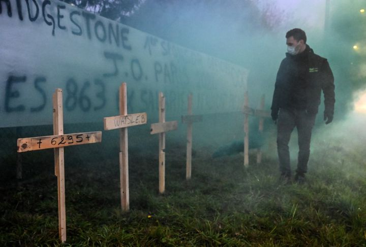 Des croix en bois plantées devant l'usine Bridgestone de Béthune(Pas-de-Calais), le 27 novembre 2020. (DENIS CHARLET / AFP)