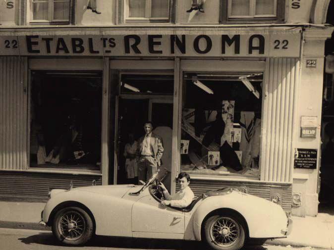 Maurice Renoma au volant de sa TR3 devant la boutique familiale, 22 rue Notre-Dame de Nazareth, 75003 Paris, 1961.  (Archives Maurice Renoma)