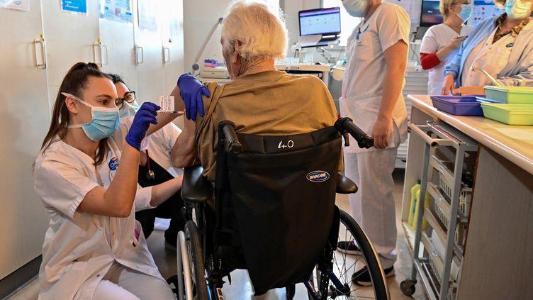 Une infirmièreadministre le vaccincontre le Covid-19 dans un centre de gérontologie à Montpellier (Hérault),le 4 janvier 2021. (PASCAL GUYOT / AFP)