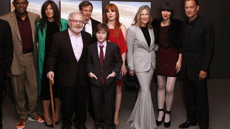"""Maurice Sendak (qui s'appuie ici sur sa canne) entouré de l'équipe du film """"Max et lesMaximonstres"""" à New York (Etats-Unis) le 13 octobre 2009. (LUCAS JACKSON / REUTERS)"""