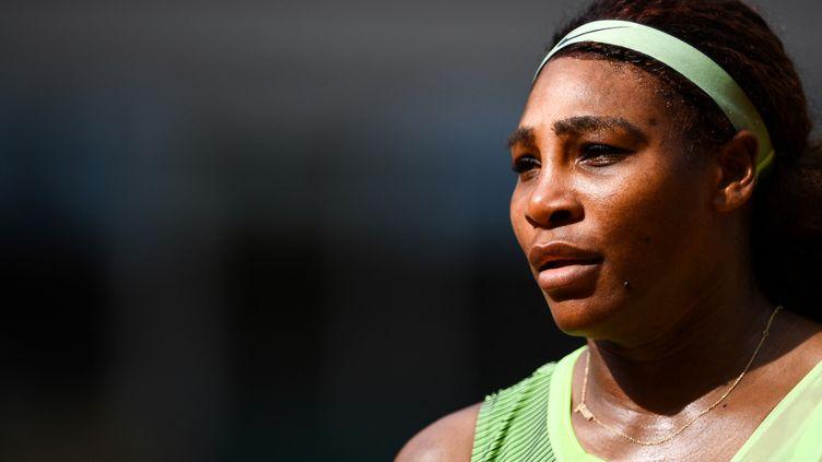 Serena Williams lors du troisième tour de Roland-Garros, le 4 juin 2021. (CHRISTOPHE ARCHAMBAULT / AFP)