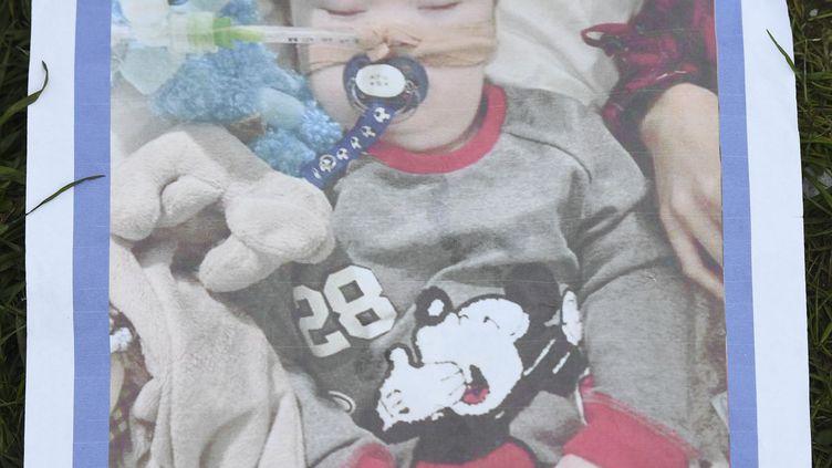 Une photo d'Alfie Evans lors d'une mobilisation demandant la poursuite des traitements, organisée à l'extérieur de l'hôpital de Liverpool où se trouve l'enfant, le 16 avril 2018. (PAUL ELLIS / AFP)