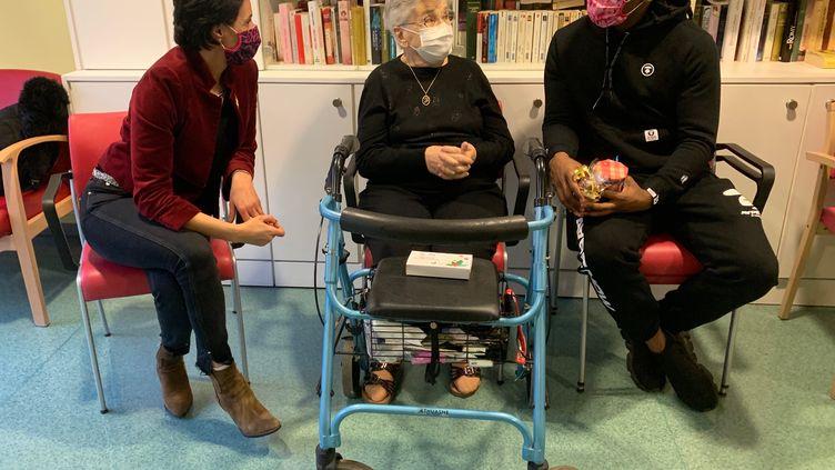 """Sabryna Keller (à gauche), fondatrice de l'association Femmes de Foot, effectue une tournée des EHPAD alsaciens pour Noël, à l'occasion de l'opération """"chocolats pour nos aînés""""."""