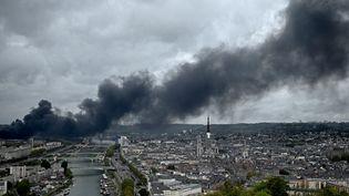 De la fumée noire au-dessus de Rouen (Seine-Maritime), le 26 septembre 2019, après l'incendie à l'usine Lubrizol. (PHILIPPE LOPEZ / AFP)
