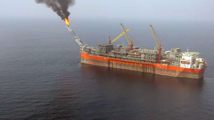 Le FPSO Bonga pompe 225 000 barils de pétrole par jour sur un site du golfe de Guinée au large de Lagos. (JACQUES LHUILLERY / AFP)