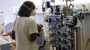 Une soignante de l'hôpital de Saint-Denis de la Réunion, le 30 juillet 2021. (RICHARD BOUHET / AFP)