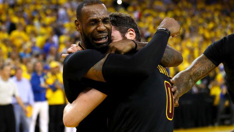 La joie immense de LeBron James au coup de sifflet final dans les bras de Kevin Love (EZRA SHAW / GETTY IMAGES NORTH AMERICA)