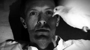 """Chris Martin dans le clip """"Magic"""", sorti avant l'album """"Ghost Stories"""" annoncé pour le 19 mai 2014  (Coldplay / capture Youtube)"""