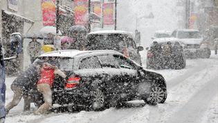 Au Japon, des automobilistes tokyoïtes sont bloqués dans la neige, le 14 janvier 2013. (YOSHIKAZU TSUNO / AFP)